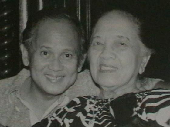 Pak Habibie bersama ibunya